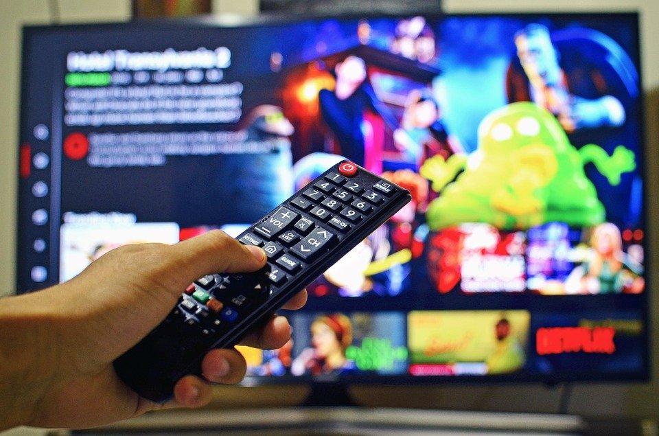 Flatscreen-Fernseher und Fernbedienung