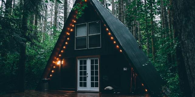 Glamping in einem Häuschen im Wald