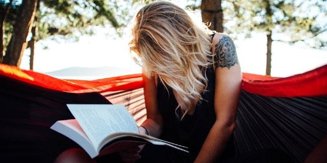 Entspannt Lesen in der Hängematte