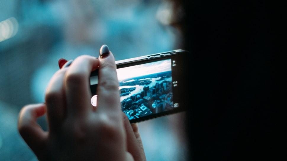 Videobearbeitungs-App: Aufnahme einer Stadt von oben