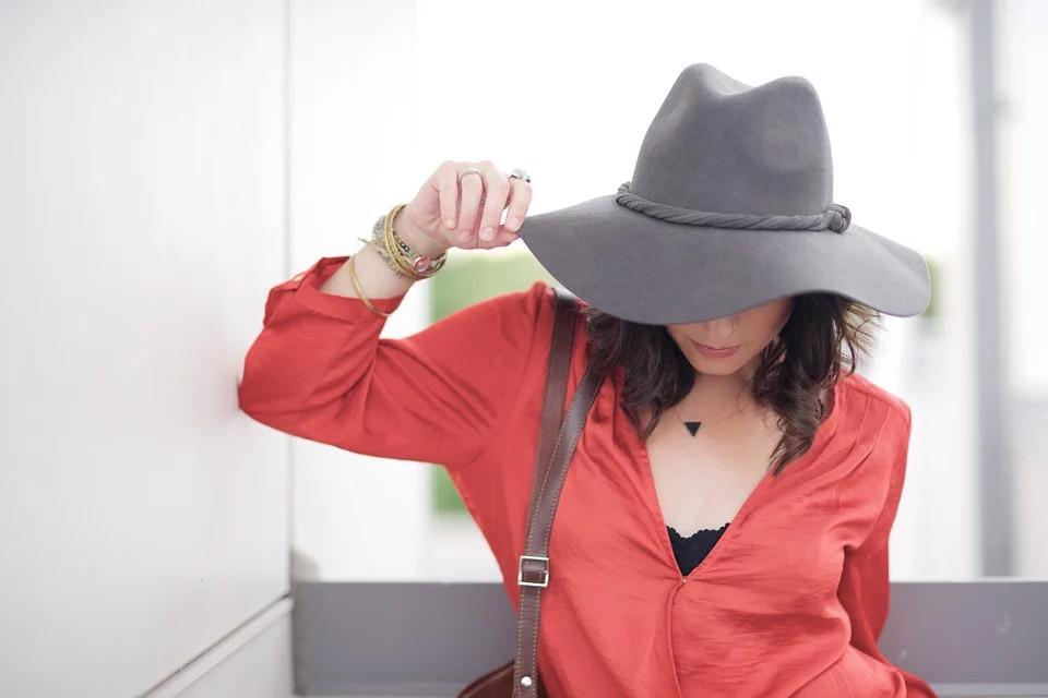 Frau mit Bluse und Hut