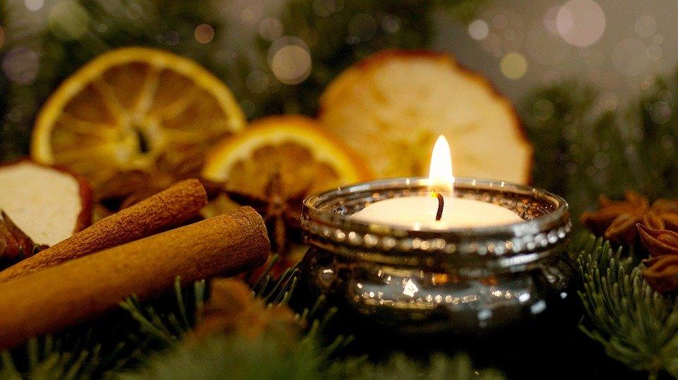 Kerze und Zimtstangen